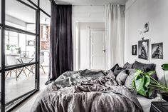 И все-таки согласитесь, стеклянная перегородка —прекрасный вариант оформления пространства при не самой удачной планировке.Площадь этой шведской квартиры 45 кв. м, но окна расположены только на одной стене, поэтому хозяин выбирал из двух «зол»: согласиться на одну общую комнату илисделать отдельную спальню без окон. Но на помощь пришла перегородка — теперь в спальне много света днем …