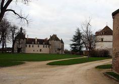Het dorp Epoisses in de Côte d'Or is bekend om zijn kaas met zijn sterke geur. Maar het dorpje zelf is met zijn kasteel ook de waard om langs te rijden. Epoisses, England, Europe, Mansions, House Styles, Scotland, Home, Mansion Houses, Manor Houses