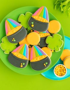 Learn how to make this fun pot of gold + rainbow cookie from a simple candy corn cutter! I The Sprinkle Factory You're going to be totally over the rainbow for these pot of gold cookies (+rainbow!) made from a simple candy corn cookie cutter. St Patrick's Day Cookies, Fancy Cookies, Iced Cookies, Sugar Cookies, Owl Cookies, Cookie Cakes, Sweet Cookies, Heart Cookies, Custom Cookie Cutters