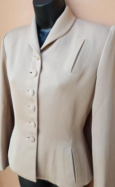 1940s ecru lightweight wool gabardine jacket, size medium petite, with fabulous wasp waist silhouette. Stunning example from the Hollywood Era of the