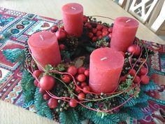 Adventskranz in rot mit Wildapfel und Datteln
