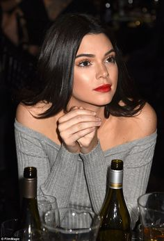 Kendall Jenner and sister Kourtney at Justin Bieber's roast The and Kourtney Kardashian appeared to be stifling a giggle. Beauty Makeup, Hair Makeup, Hair Beauty, Flawless Makeup, Justin Bieber Roast, Kim Kardashian, Kendall E Kylie Jenner, Kendall Jenner Wallpaper, Estilo Jenner