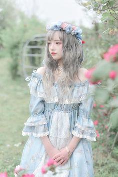Cute lolita outfit - white and blue dress with grey hair and flower headband: 私服 _ 七七见奈波丶 _ 哔哩哔哩相簿 Harajuku Fashion, Kawaii Fashion, Lolita Fashion, Cute Fashion, Girl Fashion, Fashion Dresses, Style Lolita, Mode Lolita, Gothic Lolita