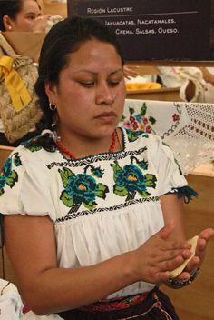 Mujer michoacana preparando tortillas