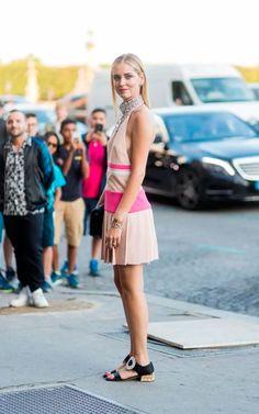 Chiara Ferragni usa  pink de frente única, maxi colar e sandálias na semana de alta costura 2017.