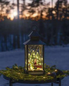 Nydelig lanterne i sort utførelse som minner oss om gamle dager og gir oss den magiske følelsen av julen som står for tur. Lykten har 31 varmhvite LED som dekorerer grantrær, en nisse, et barn og en liten lekebil. Den er godkjent for utebruk og har timer slik at den automatisk slår seg av etter 8 timer.