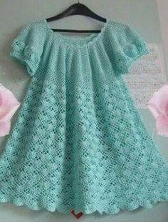 Meraviglioso vestito da bambina realizzato all'uncinetto. La sua lavorazione inizia dallo a sprone.