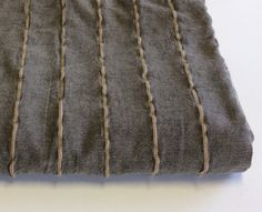 Copriletto matrimoniale cm.230x250. Cotone grezzo colore grigio caldo con righe a rilievo.