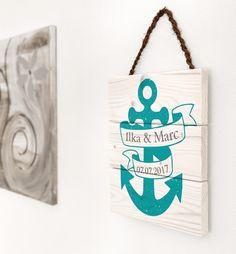 Dieses handgefertigte Schild ist das perfekte Hochzeitsgeschenk. Die Namen des Brautpaares, sowie das Hochzeitsdatum schmücken den schönen Anker in deiner Wunschfarbe - gedruckt auf Fichtenholz.