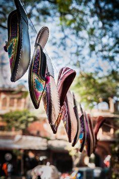 Schöne Punjabi Khussa Schuhe Trends in Asien – neuesten Designs, Schuhe, Schöne Punjabi Khussa Schuhe Trends in Asien - neuesten Designs Namaste, India And Pakistan, India Asia, Jaipur India, Pinterest Fashion, Flats, Sandals, India Travel, Incredible India