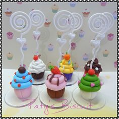 Porta recados Cupcake, com modelos diversos. Fica lindo como decoração ou lembrancinha de festa temática de confeitaria! <br> <br>Produto sob encomenda. Valor unitário. <br>Material: biscuit; base acrílica transparente; espiral plástica para recados. Altura: 5cm + espiral. <br> <br>Antes de encomendar, não esqueça de conferir as políticas da loja (http://www.elo7.com.br/patysbiscuit/politicas ), e de entrar em contato para consultar disponibilidade na agenda!