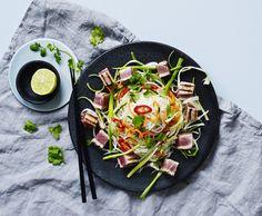 Tunbøffer serveret med asiatisk nudelsalat