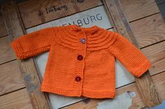 A variation with buttons of the famous 5 hour cardigan. Baby Knitting Patterns, Crochet Patterns, Baby Barn, Drops Design, Baby Sweaters, Retro, Knit Crochet, Baby Kids, Kids Outfits