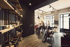 Moto - Coiffeur - Etagères Bois et metal -  Harley Davidson - Bobber - Barbier - merchandising - Barbershop - Salon Homme - One Love Garage – Nice - Baldini Architecture