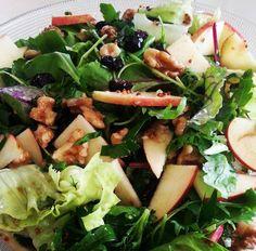 הסלט המומלץ ביותר לאירוח - קל להכנה, טעים, צבעוני ומרענן. סלט עלים ירוקים עם תפוחי עץ ואגוזים ברוטב דבש ובלסמי מדהים.