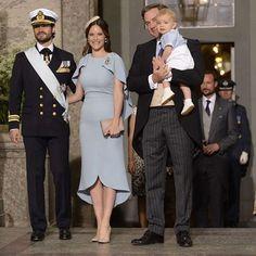 Prinsessan Sofia, prins Carl Philip, Chris O'Neill med lilla Nicolas på väg in i kyrkan. Sofia och Nicolas är matchade i blått.  (Foto: Expressen)