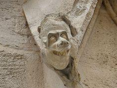 File:Statue du Palais de Justice de Rouen qui sourie.JPG