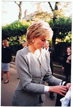 Princess Diana, Patron, Opening The National Institue Of Conductive Education At… Princess Diana Hair, Princess Diana Fashion, Princess Diana Pictures, Real Princess, Princess Of Wales, Claudia Schiffer, Lady Diana Spencer, Queen Of Hearts, Queen Elizabeth