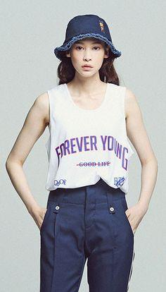 로맨틱크라운 시즌슬로건 Forever Young 민소매티 Model 172cm / M size