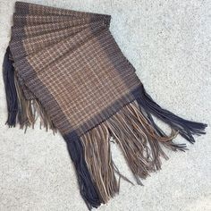 Weaving houndstooth with tonal yarns.