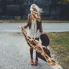 bohemian boho style hippy hippie chic bohème vibe gypsy fashion indie folk look outfit Hippie Style, Mode Hippie, Bohemian Mode, Bohemian Style, Hippie Chic, Bohemian Fashion, Fashion Goth, Mode Outfits, Fall Outfits