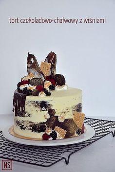 Tort czekoladowo-chałwowy z wiśniami