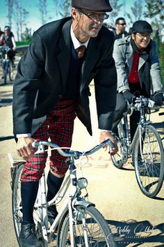 Madrid Tweed Ride I suspect these aren't plus-fours, just trousers tucked into his stockings. Still it works Tweed Ride, Bike Style, Guy Style, Run And Ride, Tartan Pants, Plus Fours, Ladies Gents, Cycle Chic, Blazer Suit