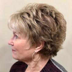 Krátké účesy pro ženy nad 60 let: Střihy vlasů, které nikdy nevyjdou z módy - Zivot Short Hair Over 60, Short Grey Hair, Short Hair Older Women, Haircut For Older Women, Short Hair With Bangs, Short Hair With Layers, Short Hairstyles For Women, Straight Hairstyles, Short Haircuts