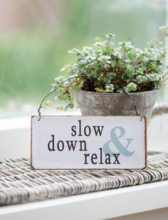 """Super Schild für den Alltag...""""Slow down & relax"""" wer's schafft hat viel gewonnen. Das Schild hat einen Draht zum aufhängen. - IB LAURSEN CAR möbel"""