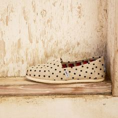 Go natural with hemp Classics. These polka dot TOMS are an easy way to jazz up a simple outfit. New Shoes, Slip On Shoes, Laid Back Style, My Style, Toms Crochet, Cheap Toms, Spike Heels, Comfy Shoes, Girly Outfits