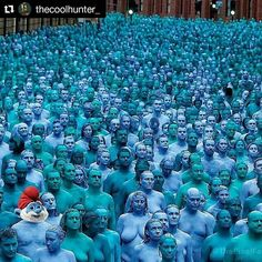 Um mar de gente...azul e verde  #Repost @thecoolhunter_ with @repostapp  An incredible installation by Spencer Tunick in Hull UK. 3200 volunteers stripping naked in celebration of the city's maritime heritage. #thecoolhunter #seaofhull