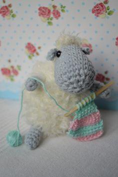 Nach einer Anleitung von Liz gehäkelt. Allerdings häkelt mein Schäfchen statt zu stricken. Den Link findet Ihr in meinem Blog. http://schautmal.de/ein-haekelndes-schaf/ #Häkeln #crochet #Amigurumi #Häkeltiere #Anleitung