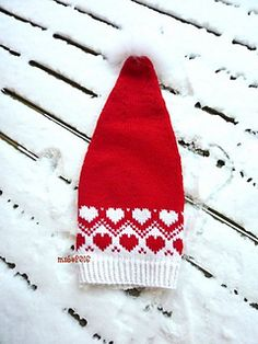 Ravelry: Desemberhjerter nisselue / decemberhearts pattern by MaBe Knitting For Kids, Easy Knitting, Knitting Projects, Christmas Knitting Patterns, Knitting Patterns Free, Diy Crafts For Gifts, Yarn Crafts, Baby Hat And Mittens, Fair Isle Knitting