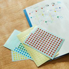 「やるべきこと」と「やりたいこと」に追われ、あっという間に過ぎ去っていく毎日。そんな気ぜわしい日々をエッセイストの柳沢小実(やなぎさわこのみ)さんは、手帳に書くことで効率よく過ごしているようです。今回 Schedule Design, Study Planner, Writing Paper, How To Make Notes, Journal Pages, Journal Ideas, Diy And Crafts, Calendar, Stationery