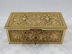 Metal Box with KeyVery beautiful ornate designIn very nice conditionDimensions: approx. long x wide x high. Cranberry Glass, Glass Pitchers, Jewelry Box, Unique Jewelry, Metal Box, Storage Boxes, Trinket Boxes, Wooden Boxes, Metals