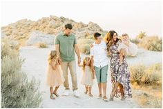 Family Photography Outfits, Family Portrait Outfits, Family Portrait Poses, Family Picture Outfits, Cute Photography, Family Posing, Large Family Pictures, Spring Family Pictures, Family Pics