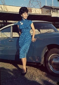 A stylish lady in a cheongsam posing next to a Citroën in 1960s Hong Kong.   via: DS in Asia