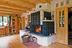 U stěny mezi sednicí a vstupní halou zaujímají dominantní postavení mohutná členitá kachlová kamna. Od těch tradičních se liší tím, že obsahují krbovou vložku. Hlavní obytná místnost (a ložnice nad ní) je roubená, ostatní části domu jsou zděné. Pantry Design, Kitchen Design, Classic Fireplace, Simply Home, Japanese Interior Design, Natural Interior, Rocket Stoves, Cabin Homes, Country Kitchen