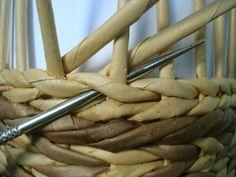 Рабочую трубочку продеваем в петлю снизу вверх. Обе трубочки готовы к плетению следующего ряда обычной верёвочки Обратная верёвочка – ближняя к вам рабочая трубочка заводится снизу под вторую рабочую и закладывается за стойку. Это похоже на вывязывание изнаночной петли. МК Пустельга