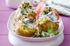 Neue Kartoffeln mit Feta-Sprossen-Joghurt Rezept: Kartoffeln,Linsensprossen,Radieschen,Petersilie,Sonnenblumenkerne,Feta,Joghurt,Pfeffer,Backpapier