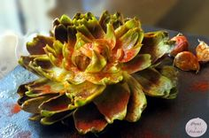 Flor de alcachofa confitada al pimentón.