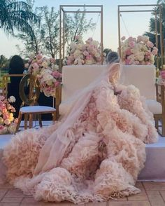"Monique Lhuillier on Instagram: ""All Eyes on Her 🌸🌸 #moniquelhuillier #mlbride #weddingwednesday 📸 @jspstudios"" Ml B, Bohemian Wedding Dresses, Monique Lhuillier, All About Eyes, Elie Saab, Photo And Video, Instagram, Videos, Photos"