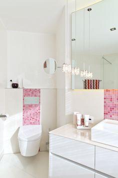 Die pinkfarbenen Mosaikfliesenbänder ziehen sich konsequent durchs gesamte Bad-Design