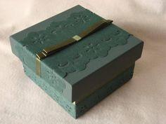Caixa em mdf, na cor verde oliva com aplicação e fita de cetim. Pode ser feita em outras cores. Encomendas de quantidades maiores entre em contato para combinar prazos. R$ 13,00