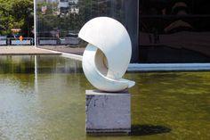 Escultura no espelho d'água, em frente ao Salão de Atos.