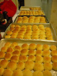 Mini pães de Hamburger, estes pãezinhos são deliciosos e super pedidos em aniversários de criança, fazem muito sucesso e a receita é bem econômica. http://cakepot.com.br/mini-paes-de-hamburger/