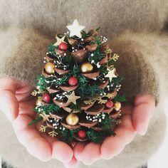 クリスマスの贈り物。松ぼっくりの星降るクリスマスツリー | BASE Mag. Christmas Tree Base, Christmas Ornament Crafts, Christmas Crafts For Kids, Christmas Projects, Holiday Crafts, Christmas Diy, Christmas Candles, Modern Christmas, Scandinavian Christmas