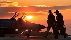 夕刻のフライトを終え、飛行隊に戻るパイロットら =茨城県小美玉市の航空自衛隊百里基地(鈴木健児撮影)