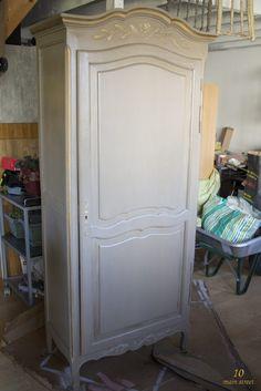 Vieille armoire démodée transformée avec de la peinture et de la cire Libéron - www.10mainstreet.fr