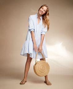 Mekko on lomalaisen luottovaate. Mekko on kesälomailijan vaatekaapin kulmakivi. Ilmavassa asussa olo on yhtä kevyt kuin vapaaherrattaren mieli. Fashion 2020, Straw Bag, Summertime, Fashion Looks, Bags, Handbags, Bag, Totes, Hand Bags